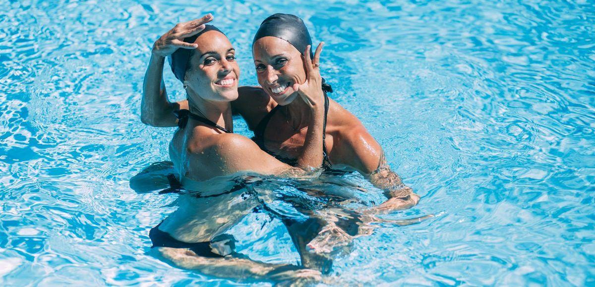 Ona Carbonell y Gemma Mengual, dúo olímpico, posan en el agua. Foto: Xavier Rovira/LaMasiaStudio